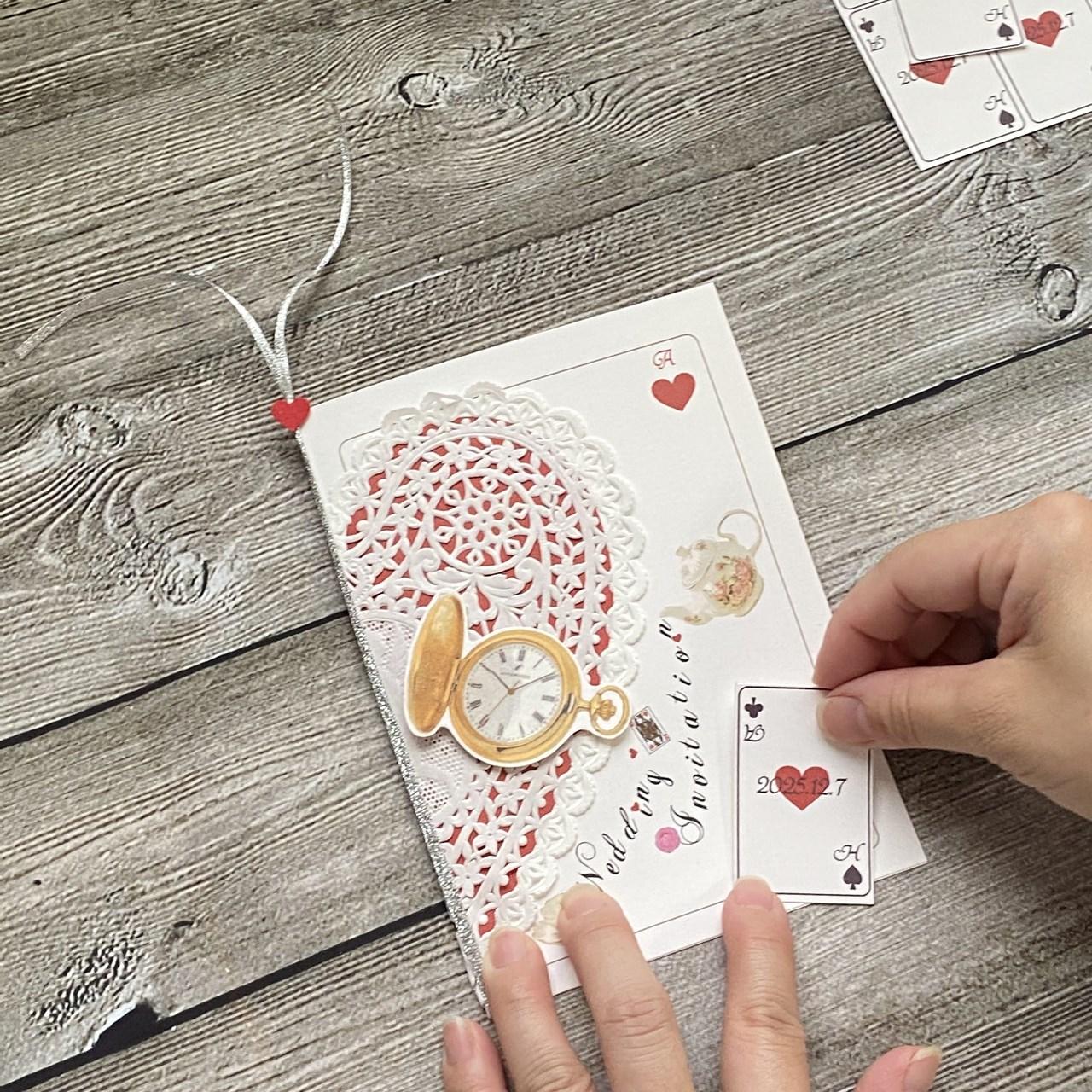 挙式日とイニシャルのトランプカードを貼り付ける