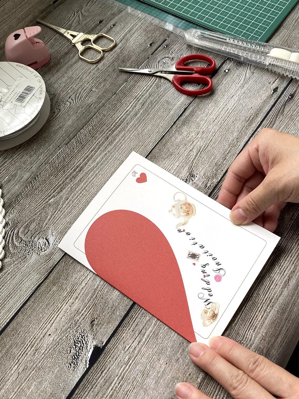 最初にカードを半分に折りますアリス招待状手作り【作り方】